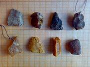 Кулоны из необработанного натурального янтаря.