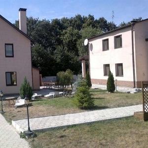 Жилая усадьба из трех домов постройки 2005 г.общей пл. 400 м.кв